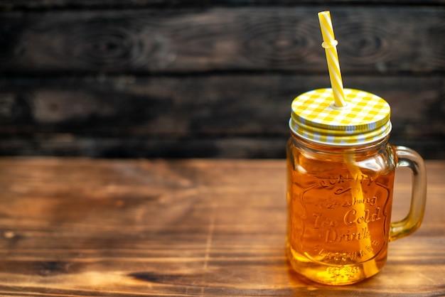 Vista frontale succo di mela fresco all'interno lattina con cannuccia su cocktail scuro bevanda foto colore spazio libero frutta