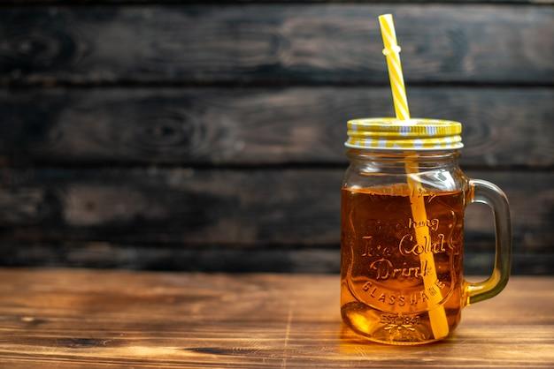 Vista frontale succo di mela fresco all'interno della lattina con paglia sullo spazio libero a colori della foto della bevanda alla frutta cocktail scuro dark