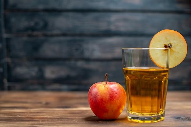 Succo di mela fresco di vista frontale con mele fresche su frutta cocktail di foto di bevanda di colore scuro