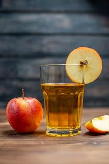 Vista frontale succo di mela fresco con mele fresche su un cocktail di frutta a colori con foto di bevanda scura