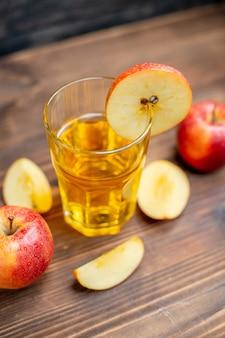 Vista frontale succo di mela fresco con mele fresche su una bevanda alla frutta cocktail a colori scuri con foto