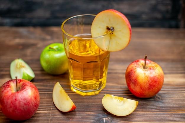 Vista frontale succo di mela fresco con mele fresche su un cocktail di frutta con bevanda a colori scuri dark
