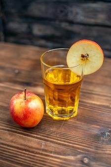 暗い色の飲み物の写真のカクテル フルーツに新鮮なリンゴと正面から見た新鮮なリンゴ ジュース