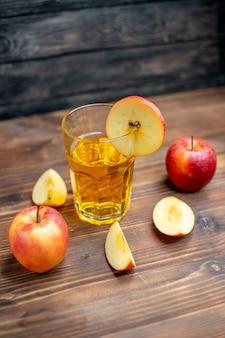 暗い写真の色のカクテル フルーツ ドリンクに新鮮なリンゴと正面から見た新鮮なリンゴ ジュース