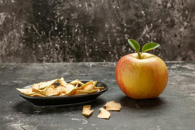 暗い果実の熟したビタミンの木のまろやかなジュースの写真の色に乾燥リンゴと新鮮なリンゴの正面図