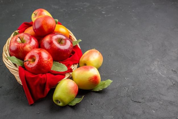 Vista frontale mele fresche all'interno del cesto sul tavolo scuro frutta matura fresca