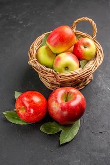 Vista frontale mele fresche frutti morbidi su un albero da tavola scuro frutta fresca matura dolce
