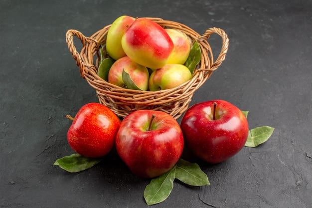 Vista frontale mele fresche frutti morbidi su un albero da tavola grigio frutta fresca matura dolce
