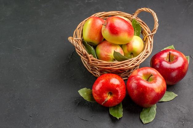Vista frontale mele fresche frutti morbidi sul tavolo grigio frutta matura frutta dolce fresca