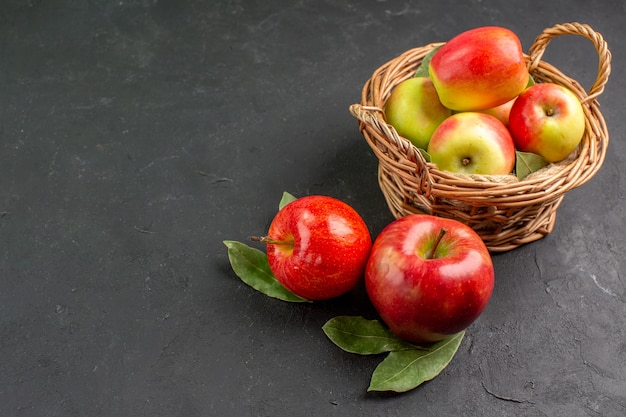 Вид спереди свежие яблоки, спелые фрукты на сером столе, спелые свежие фрукты