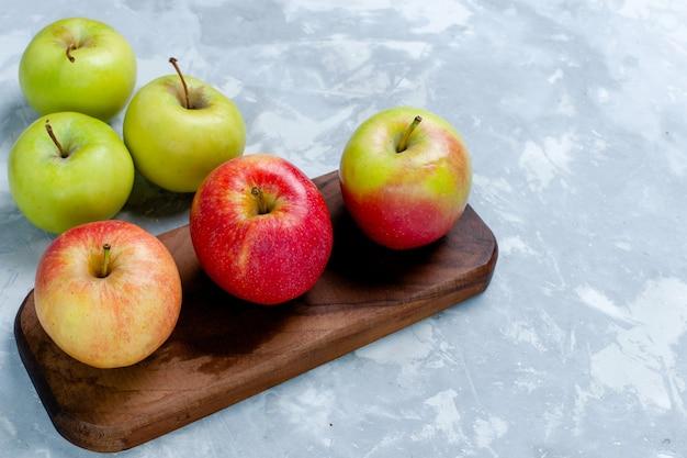 正面図新鮮なリンゴのまろやかな果実、薄白の表面の果実新鮮なまろやかな熟したビタミン