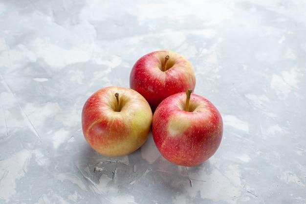 Vista frontale mele fresche pastose e mature sullo sfondo chiaro frutta mellow succo di colore maturo