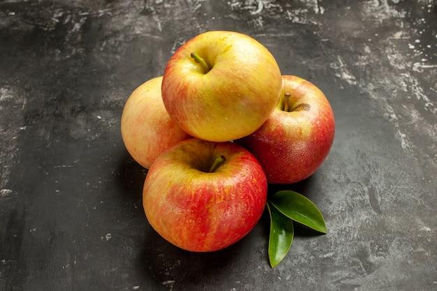 暗い写真の正面新鮮なリンゴのまろやかな果実熟したビタミン ジュース色の木梨