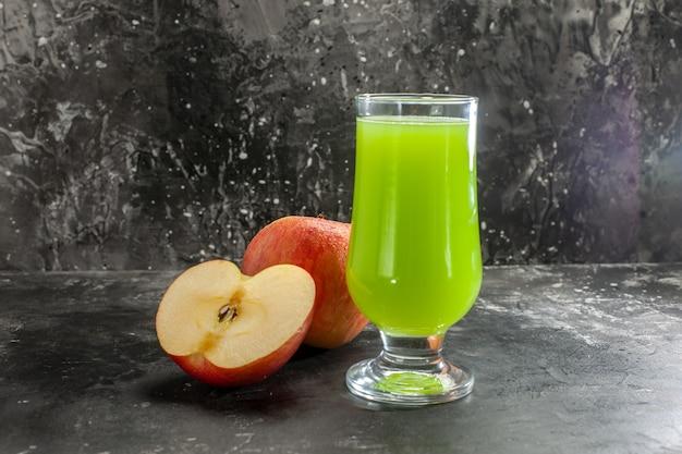 Vista frontale mele fresche con succo di mela verde su succo scuro foto frutta dolce vitamina matura albero colore pera