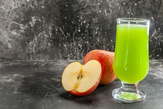 Вид спереди свежие яблоки с зеленым яблочным соком на темном соке фото спелых фруктов спелого цветного дерева