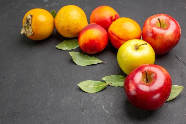Вид спереди свежие яблоки с другими фруктами на темном дереве стола свежие спелые спелые