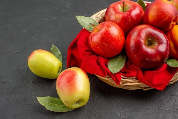 暗いテーブルに桃と新鮮なリンゴの正面図熟した果樹まろやかなジュース