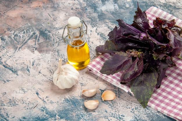 明るい背景のサラダ色熟した写真の食事に油とニンニクと新鮮なバジルの正面図