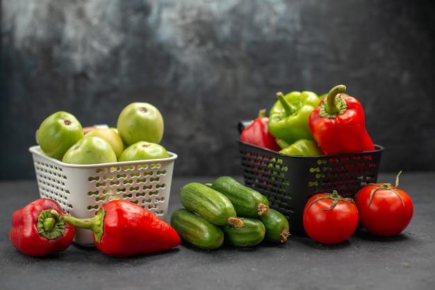 正面図新鮮なピーマンとグリーントマトと他の野菜の暗い背景ダイエット食品健康サラダミール