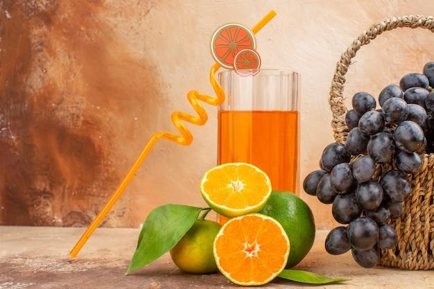 Vista frontale uva nera fresca con arancia sullo sfondo chiaro frutta dolce foto vitamina albero maturo