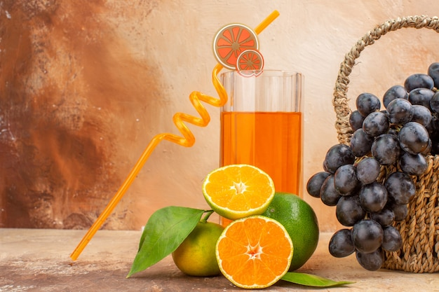 正面図明るい背景にオレンジ色の新鮮な黒ブドウフルーツまろやかな写真ビタミンの木熟した