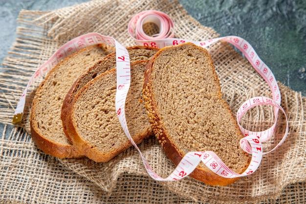 Буханки свежего хлеба, вид спереди