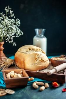 正面図紺色の朝食ケーキパイ茶砂糖パンビスケット生地焼きに卵と牛乳と焼きたてのパン