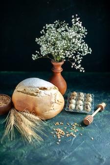 짙은 파란색 아침 식사 케이크 파이 차 설탕 비스킷 반죽 빵에 계란을 넣은 전면 보기 신선한 빵