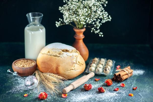 正面図ダークブルーのベイクケーキビスケットパイティー朝食生地パンペストリーシュガーにミルクと卵を入れた焼きたてのパン