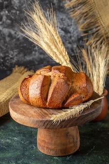 Свежий хлеб, вид спереди