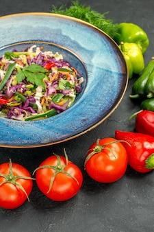 正面図暗い背景に緑と野菜の新鮮なキャベツサラダ健康サラダ食事食品熟した