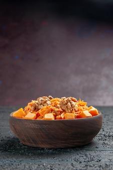 Vista frontale insalata di carote fresche grattugiate con noci e aglio su scrivania scura dieta insalata colore noce salute
