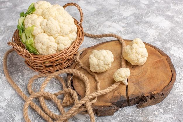Vista frontale del cavolfiore fresco con le corde sul colore grezzo del pasto di cibo vegetale leggero backgruond