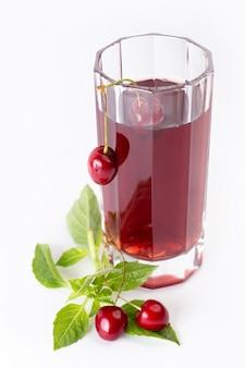Вид спереди свежей вишни кислой и мягкой вместе с вишневым соком и листьями на белом