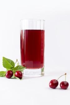 Вид спереди свежая вишня кислая и сочная вместе с вишневым соком на белом