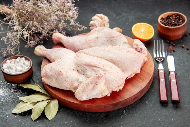 Вид спереди свежая курица на сером фоне готовка блюдо салат цвет ужин птица барбекю еда