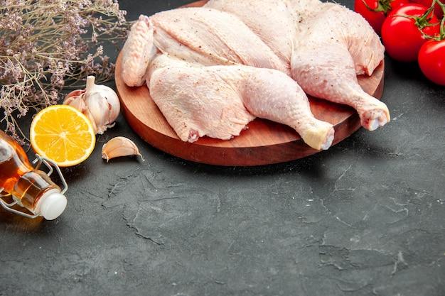 Вид спереди свежая курица с помидорами, зеленью и приправами на темном фоне готовка блюдо салат барбекю еда ужин цвет