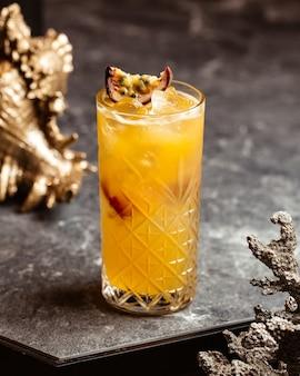 Una vista frontale fresca cocktail freddo e gustoso all'interno di vetro sulla superficie scura con cocktail di succo di bevanda