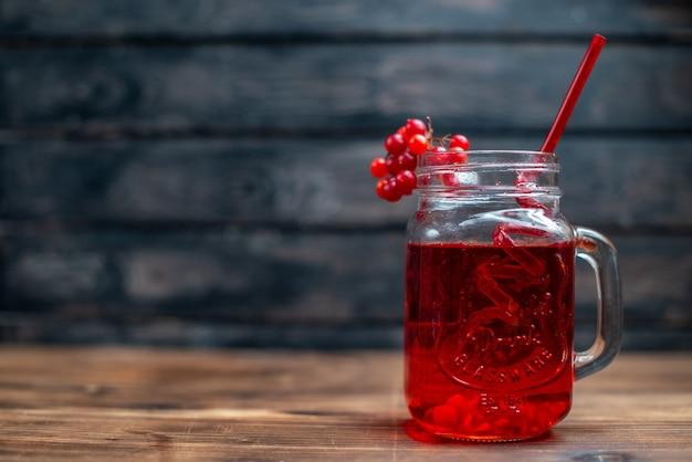 Vista frontale succo di mirtillo fresco all'interno della lattina sul colore del cocktail fotografico della bevanda alla frutta della barra scura dark