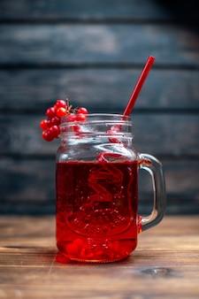 Вид спереди свежий клюквенный сок внутри банки на темном баре фруктовый напиток фото цвет коктейля