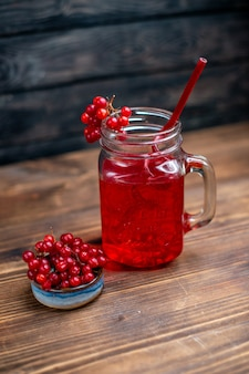 Вид спереди свежий клюквенный сок внутри банки на темном баре фруктовая фотография цвета коктейля напиток ягода