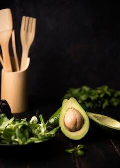 Vista frontale fresco delizioso avocado