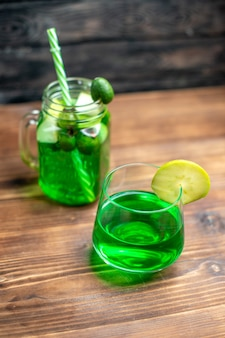 어두운 바 과일 칵테일 컬러 음료에 캔과 유리 내부의 전면보기 신선한 feijoa 주스 photo