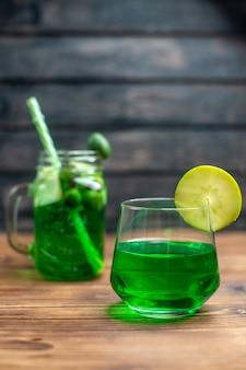 Вид спереди свежий сок фейхоа внутри банки с трубочкой на темном баре фруктовый коктейль цветные напитки