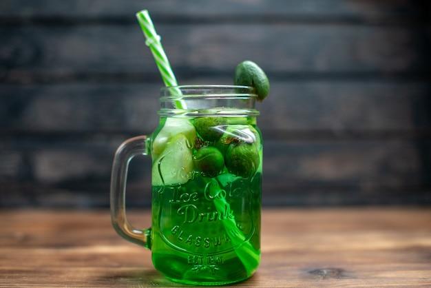 전면보기 신선한 feijoa 주스 내부는 어두운 바 과일 사진 칵테일 컬러 음료 베리에 짚으로 할 수 있습니다.