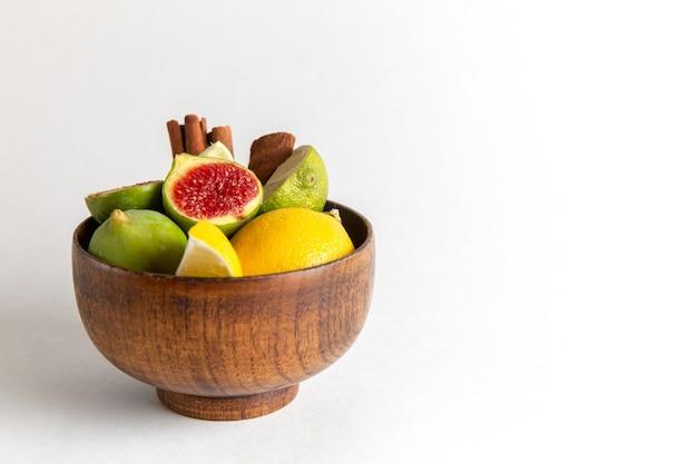 Вид спереди свежий инжир внутри коричневого горшка на белой поверхности фруктовый спелый деревенский завод летний свежий