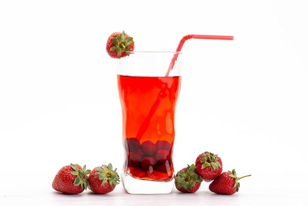 Un cocktail di frutta fresca di vista frontale con il raffreddamento del ghiaccio delle fette della frutta fresca su bianco, colore della frutta del cocktail del succo della bevanda