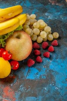 전면보기 신선한 과일 바나나 포도 및 파란색 배경에 다른 과일 다이어트 부드러운 건강 색상 잘 익은 맛있는