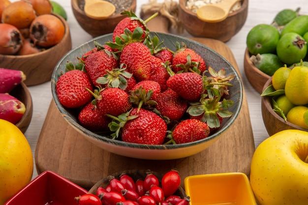 正面図白い背景色の新鮮な果物の組成ベリー柑橘類の健康の木の写真熟した果物