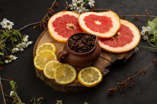 Вид спереди свежие фрукты нарезанные цитрусовые, такие как лимон и грейпфрут в темноте
